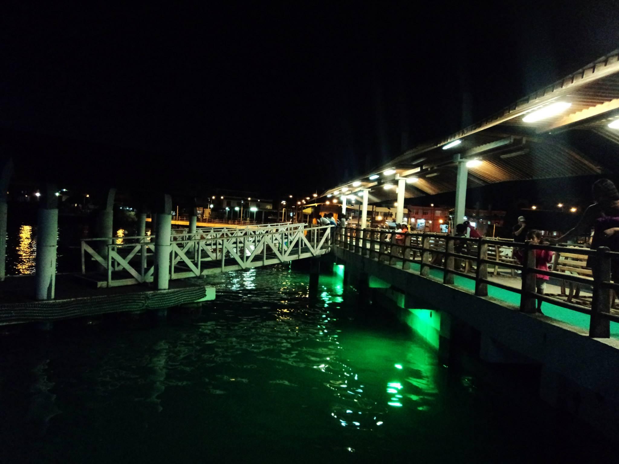 Muy linda visita nocturna al Muelle de Puerto Ayora