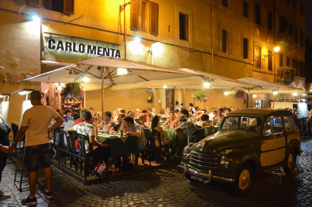 Un típico restaurante en una típica calle de Trastevere, en Roma