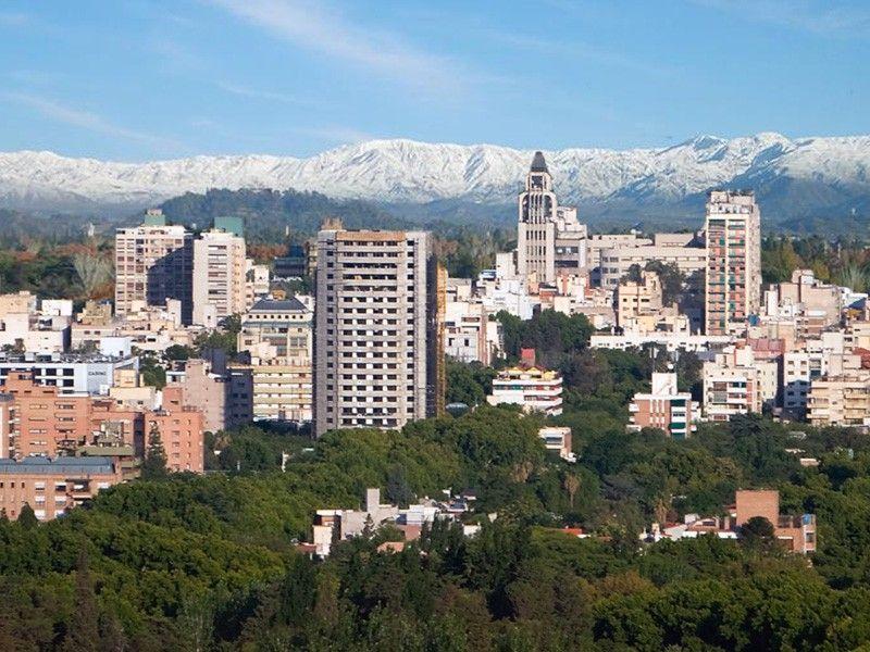 Mendoza con la Cordillera de los Andes de fondo