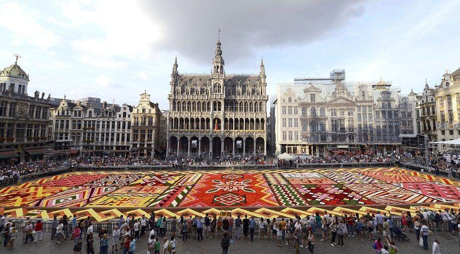 Una inmensa carpeta de flores decora cada agosto la Grand Place en Bruselas. Detrás, en el medio, el bello edificio del Museo de la Ciudad de Bruselas