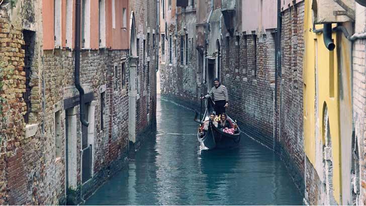 Canales de Venecia llenos sin nadie