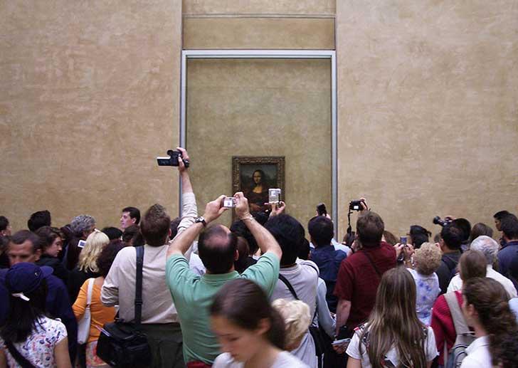 Mona Lisa llena de gente en el Louvre