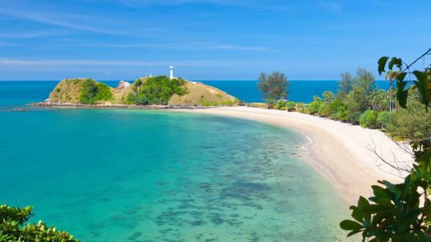 Playa y faro en Ko Lanta, Tailandia