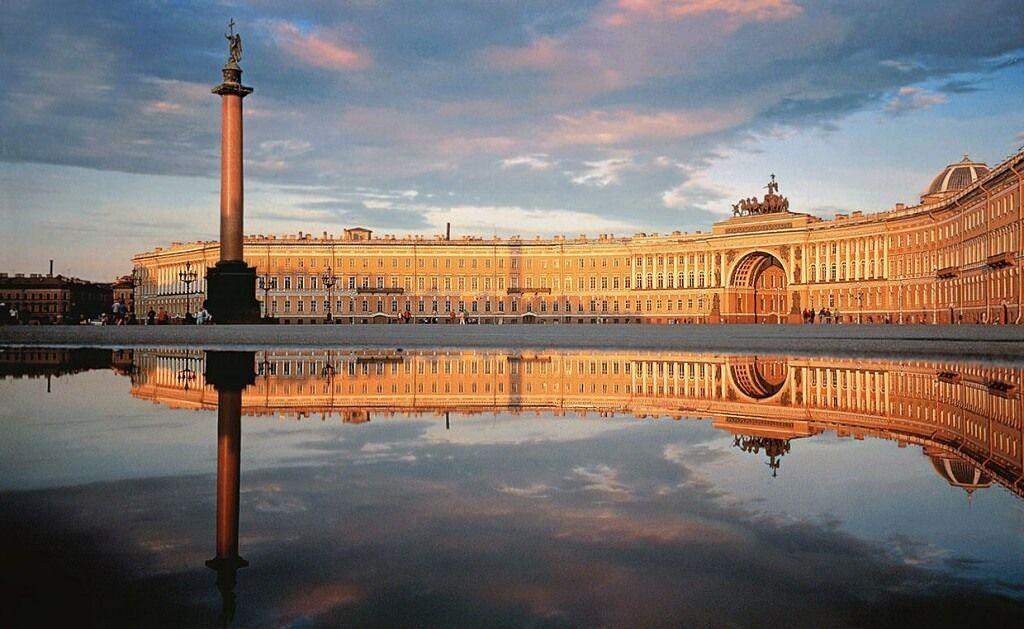 Podrás visitar varios edificios del gobierno en tu viaje a San Petersburgo, una de las principales ciudades rusas
